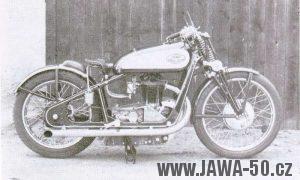 Silniční speciál v upraveném rámu Jawy 500 na kterém jezdil G. W. Patchett
