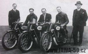 Zleva: Ing. František Janeček junior., F. Brand, G. W. Pattchet, J. Scott, Ing. F. Janeček