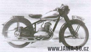 Jawa s pružením zadního kola a poznávací značkou, pod kterou byla během války tajně testována v běžném provozu