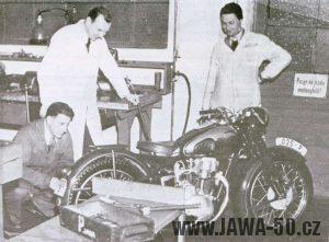 Definitivní verze prototypu Jawy 500 OHC, okolostojící měli důvod se usmívat
