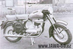 Motocykl Jawa 250 s dvojím řízením pro autoškoly