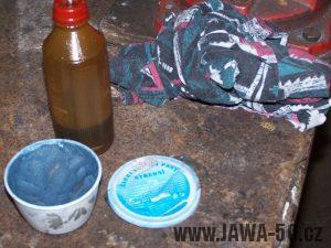 Brusná (lapovací) pasta na ventily, použitá pro zabroušení netěsnící hlavy motoru Jawa 50