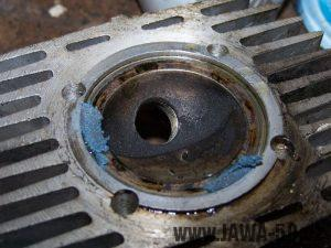 Nanesená brusná (lapovací) pasta na dosedací ploše opravované netěsné hlavě válce motoru
