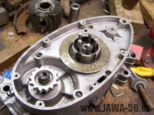 Složené bloky motoru Jawa 20 s nasazeným primárním kolečkem a spojkovým košem