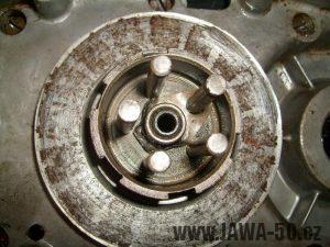 Nasazený a zajištěný unašeč spojky motoru Jawa 20