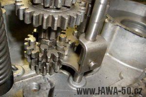 Umístění řadící vidličky motoru Jawa 20