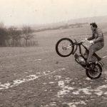 Dobová fotografie závodní motokrosové Jawy 50 s čtyřstupňovou převodovkou
