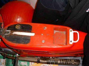 Umístění baterie v kastlíku vyrobeém v zadním plechu