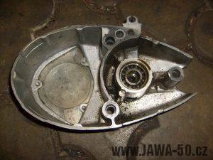 Pravé víko motoru Jawa 20 po vyjmutí gufera