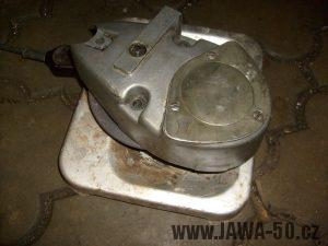 Nahřátí pravého víka motoru Jawa 20 na vařiči
