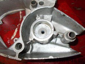 Vložená sestava podložek s okroužkem do pravého víka motoru Jawa 20