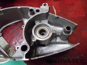 Nové ložisko v pravém víku motoru Jawa 20