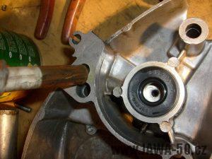 Nové gufero v pravém víku motoru Jawa 20