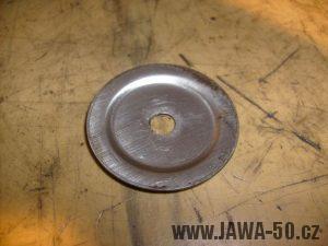 Přídržná plechová podložka k okroužku v pravém víku motoru Jawa 20 (novější typ)