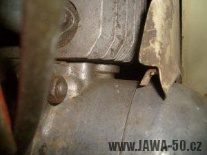 Revmaplech Jawa 05 - starší provedení, háček k přichycení lanovodu spojky na tunelu