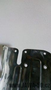 Jawa 05 ochranný štít (revmaplech) - úzké vyříznutí pro brzdovou páku na pravé podlážce