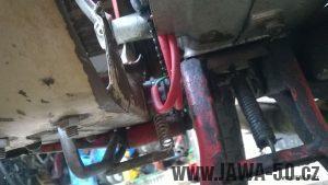Jawa 05 novější: brzdový spínač uchycený k podlážce