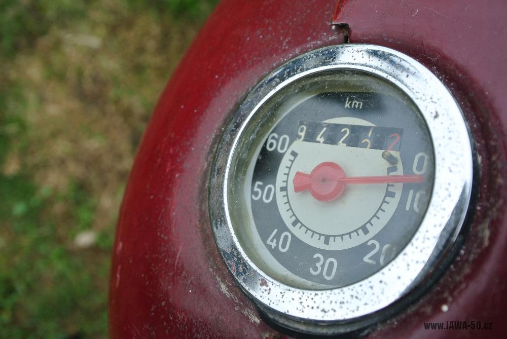 Motocykl Jawa 555 Pionýr (pionier) z roku 1959 v původním stavu - staré provedení tachometru PAL