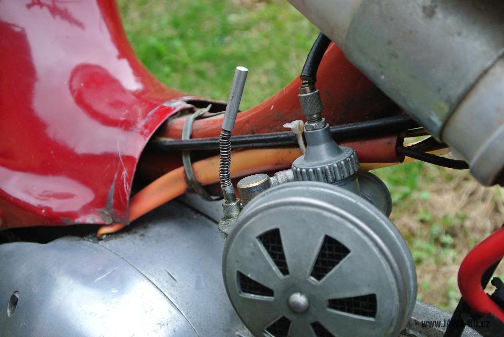 Motocykl Jawa 555 Pionýr (pionier) z roku 1959 v původním stavu - karburátor Jikov 2414 Hz