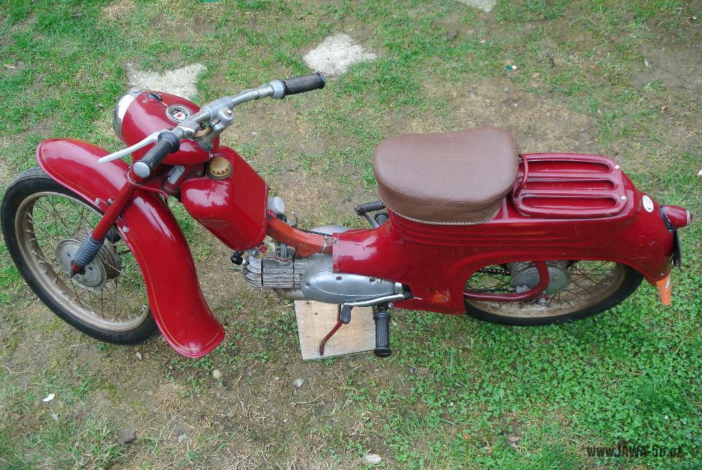 Motocykl Jawa 555 Pionýr (pionier) z roku 1959 v původním stavu - starší provedení řídítek s hliníkovým kloubem (představcem)