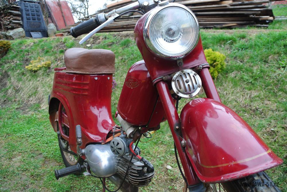 Motocykl Jawa 555 Pionýr (pionier) z roku 1959 v původním stavu - přední vidlice, světlomet a bzučák (klakson)