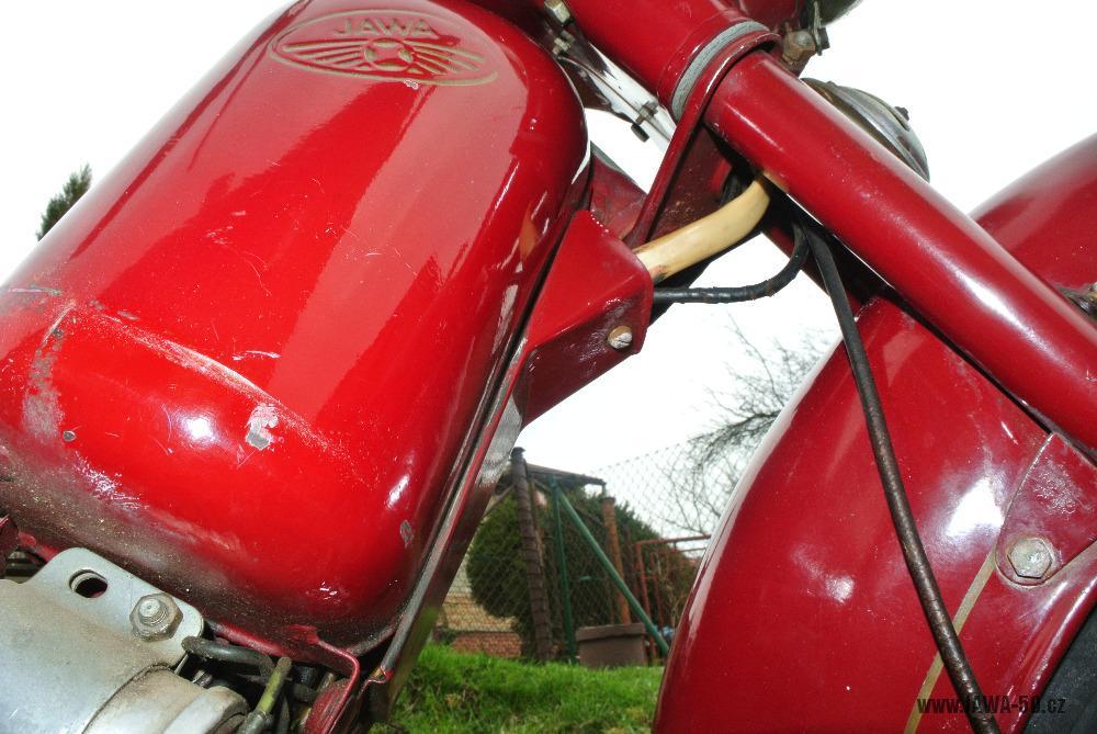 Motocykl Jawa 555 Pionýr (pionier) z roku 1959 v původním stavu - vedení elektroinstalace a lanovodů