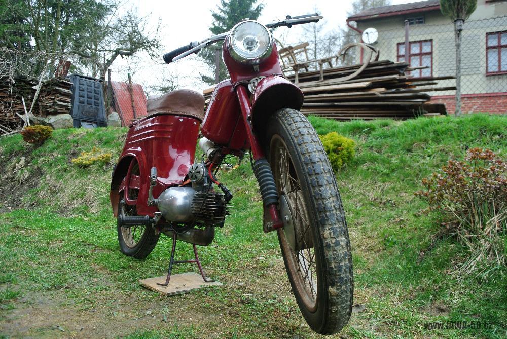 Motocykl Jawa 555 Pionýr (pionier) z roku 1959 v původním stavu - pneumatika