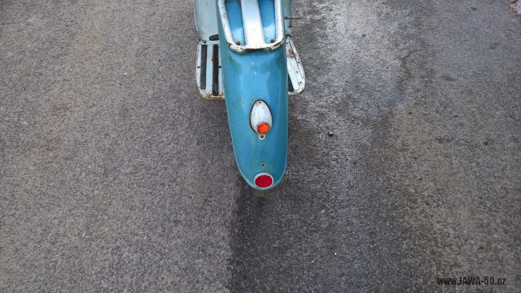 Motocykl Jawa 555 Pionýr, skútrové provedení z roku 1962 v původním stavu - zadní světlo, odrazka, nosič