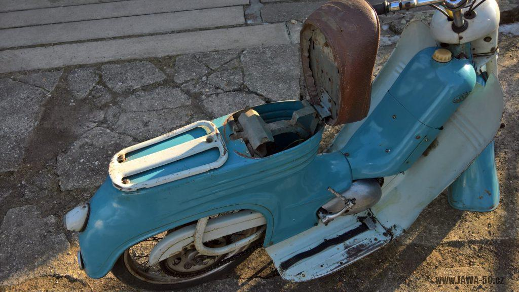 Motocykl Jawa 555 Pionýr, skútrové provedení z roku 1962 v původním stavu - odklopené sedadlo, nosič zavazadel