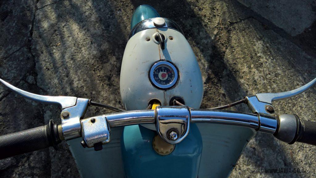 Motocykl Jawa 555 Pionýr, skútrové provedení z roku 1962 v původním stavu - řídítka a tachometr