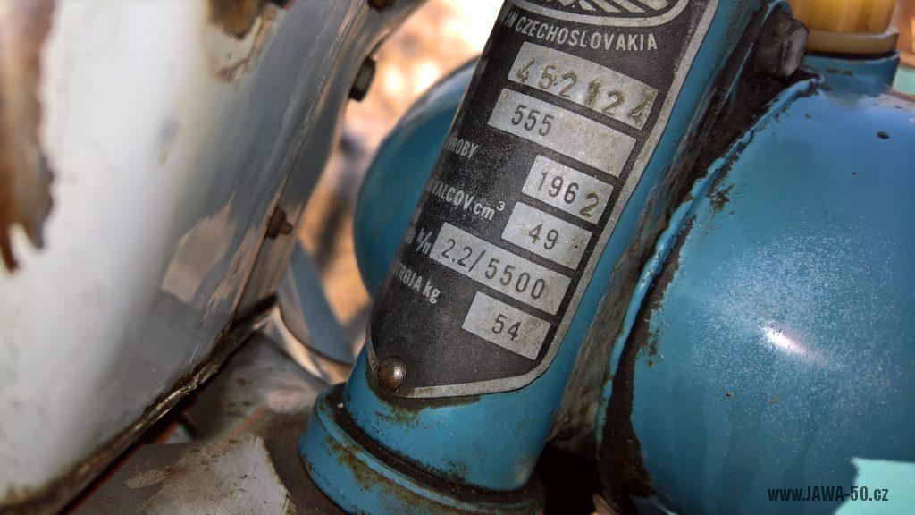 Motocykl Jawa 555 Pionýr, skútrové provedení z roku 1962 v původním stavu - výrobní štítek