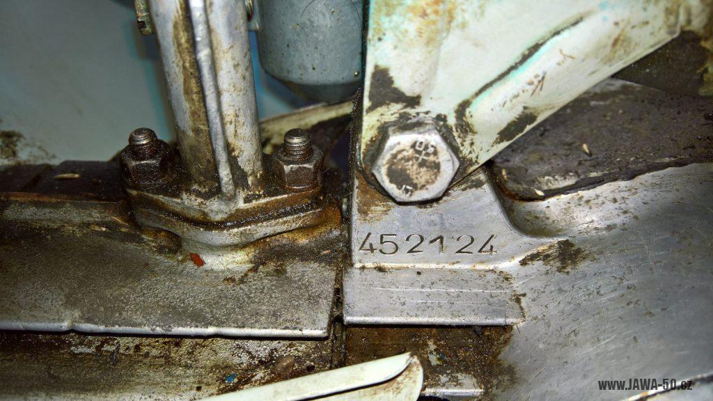 Motocykl Jawa 555 Pionýr, skútrové provedení z roku 1962 v původním stavu - výrobní číslo motoru