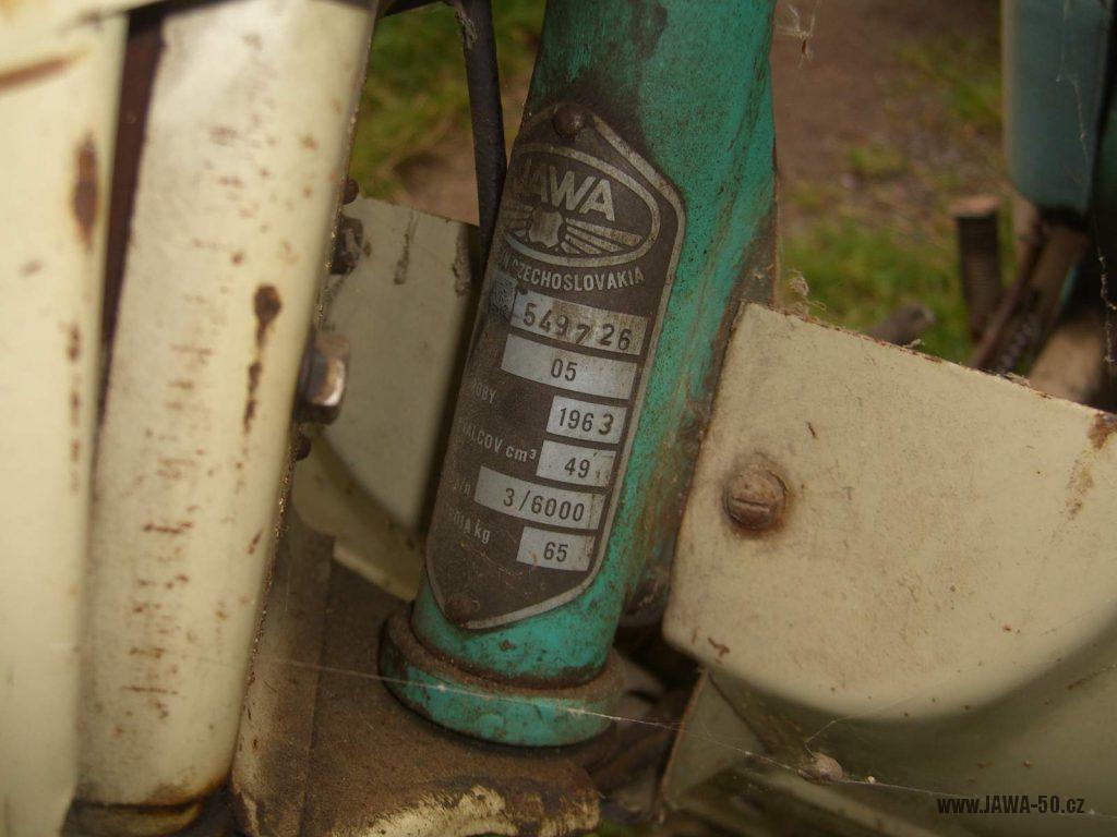Motocykl Jawa 05 Pionýr z roku 1963 v původním stavu - výrobní štítek