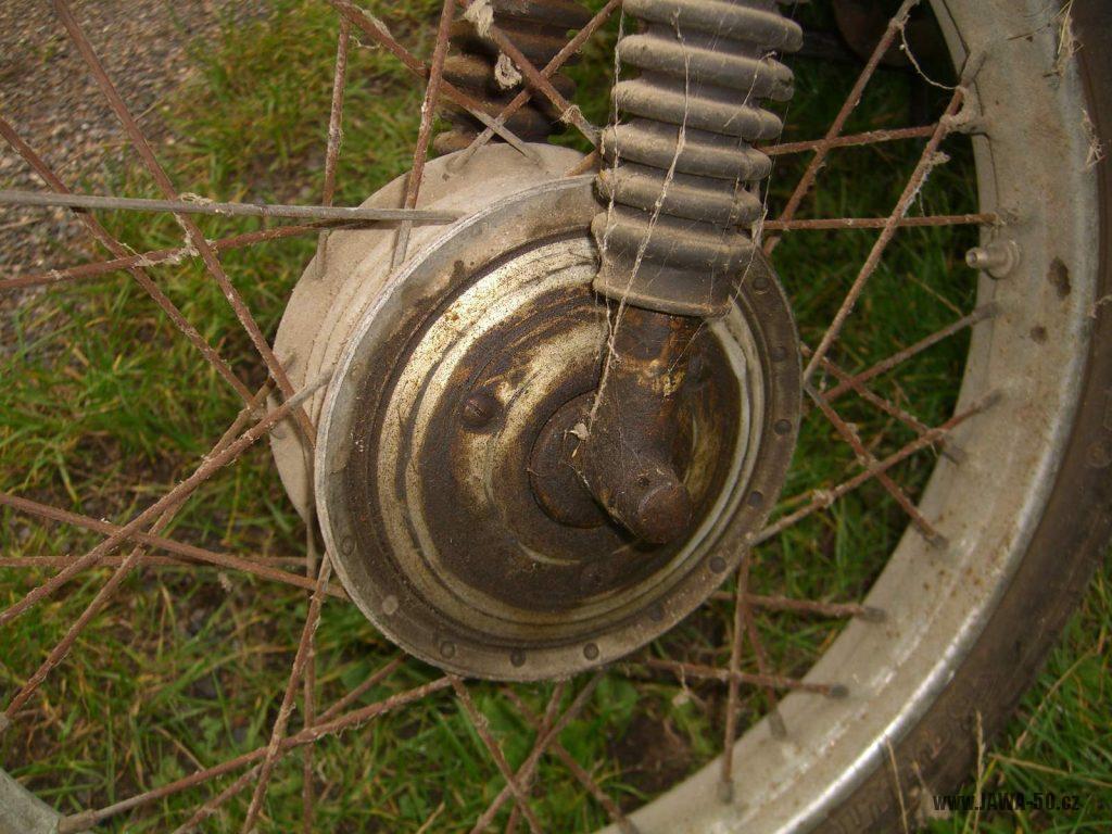 Motocykl Jawa 05 Pionýr z roku 1963 v původním stavu - náboj předního kola