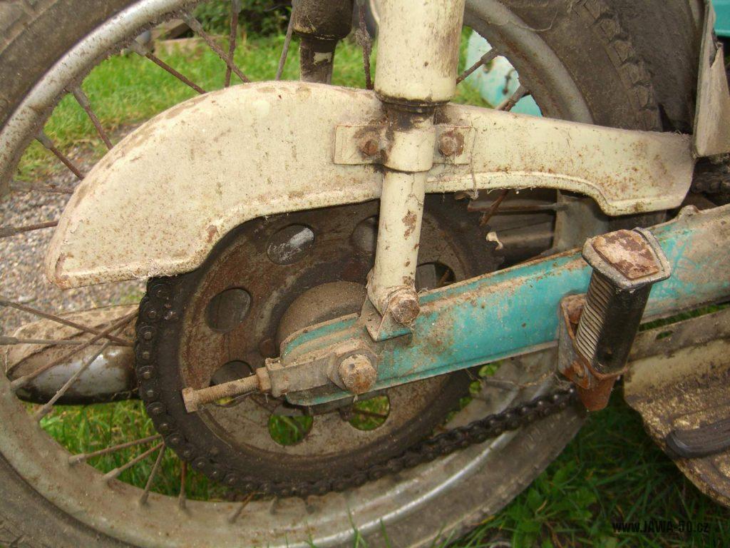 Motocykl Jawa 05 Pionýr z roku 1963 v původním stavu - kryt řetězu a rozeta