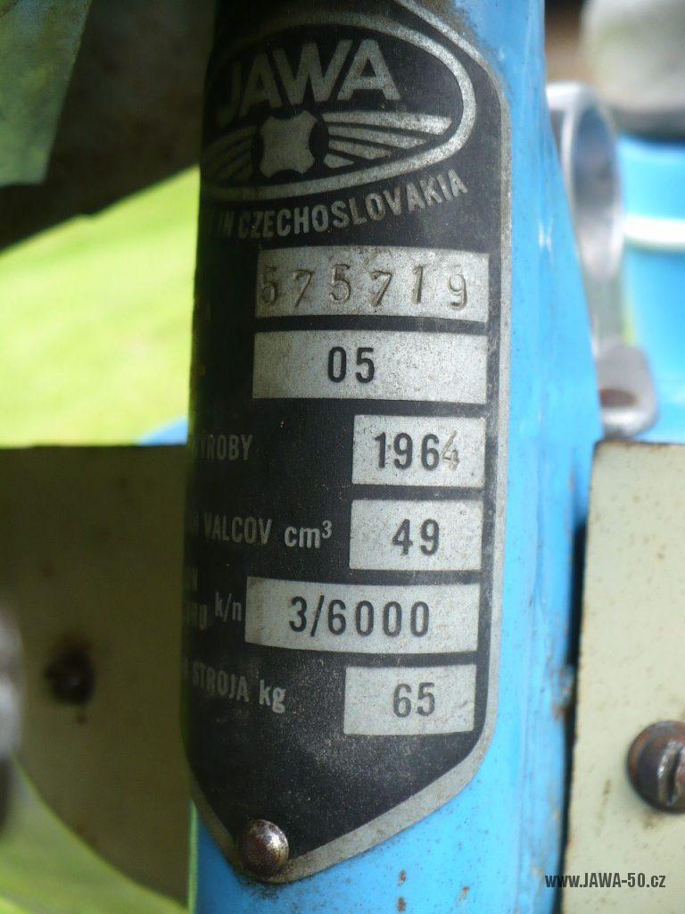 Přechodné provedení motocyklu Jawa 50 typ 05 Pionýr z roku 1964 - výrobní štítek
