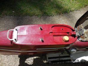 Vývozní motocykl Jawa 50 typ 05 pionýr z roku 1964 pro USA - nádrž se šroubovacím víčkem