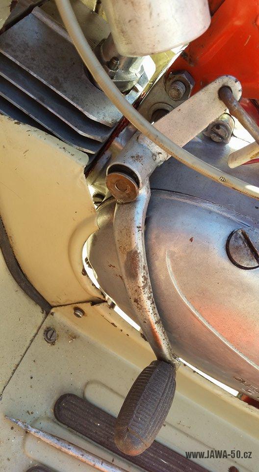 Motocykl Jawa 20 Pionýr z roku 1968 s atypickým výrobním číslem v původním stavu - řadící páka