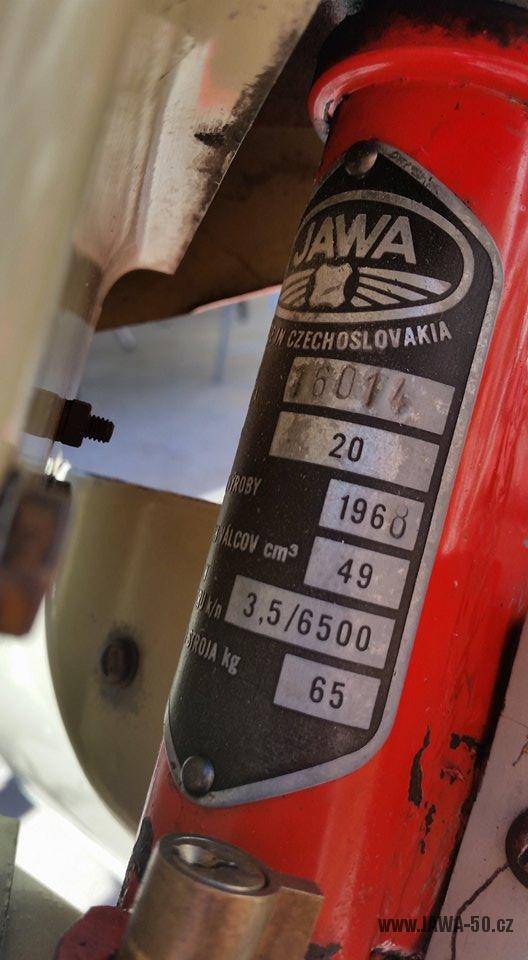 Motocykl Jawa 20 Pionýr z roku 1968 s atypickým výrobním číslem v původním stavu - výrobní štítek