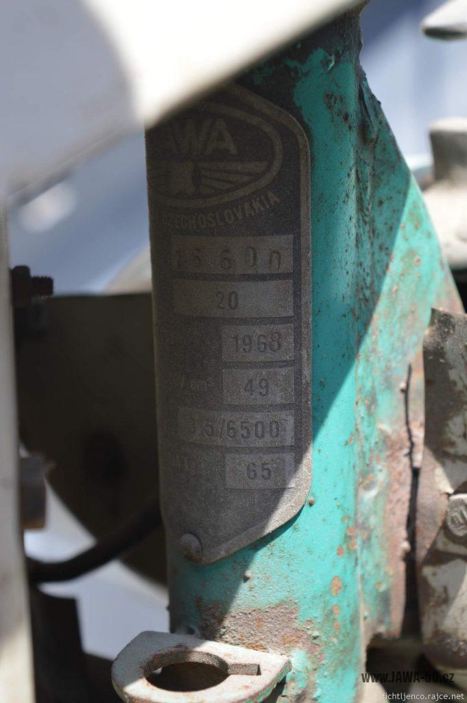 Motocykl Jawa 50 typ 20 Pionýr z roku 1968 s atypickým výrobním číslem - výrobní štítek
