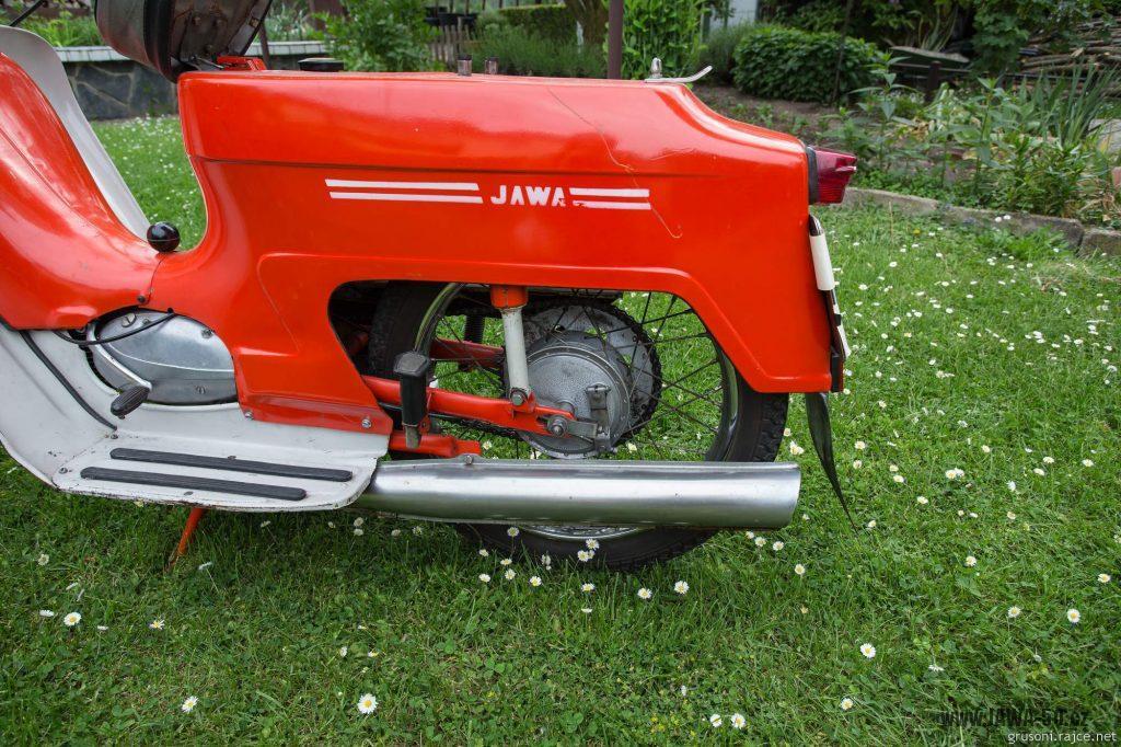 Motocykl Jawa 50 typ 220 Pionýr z roku 1977 v původním stavu - nápis na zadním blatníku