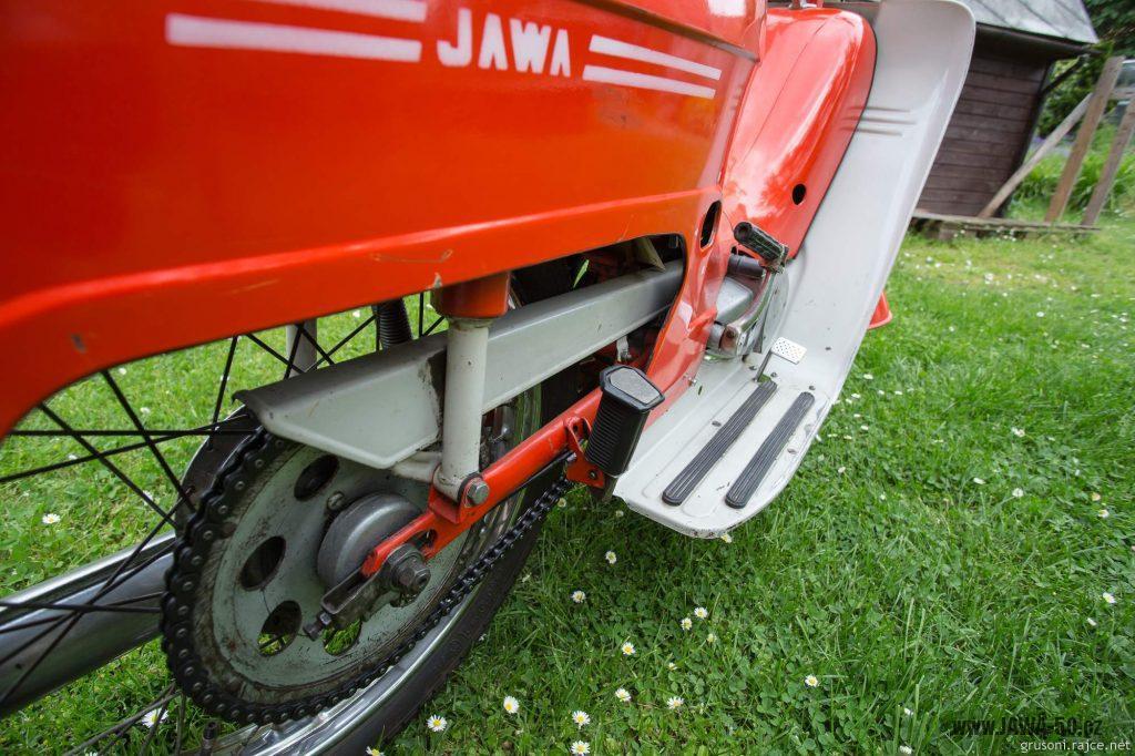 Motocykl Jawa 50 typ 220 Pionýr z roku 1977 v původním stavu - kryt řetězu a rozeta