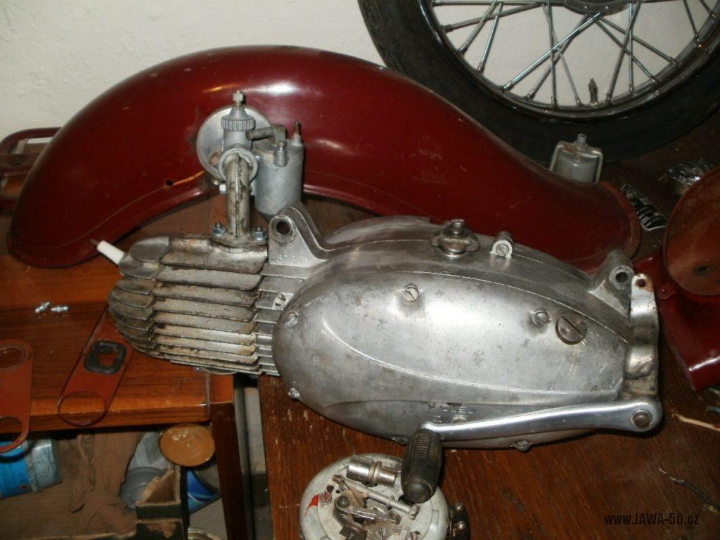 Oskútrovaný motocykl Jawa 555 Pionýr z roku 1962 - motor