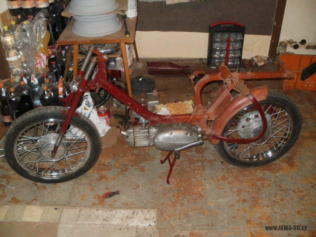 Oskútrovaný motocykl Jawa 555 Pionýr z roku 1962 - restaurování rámu