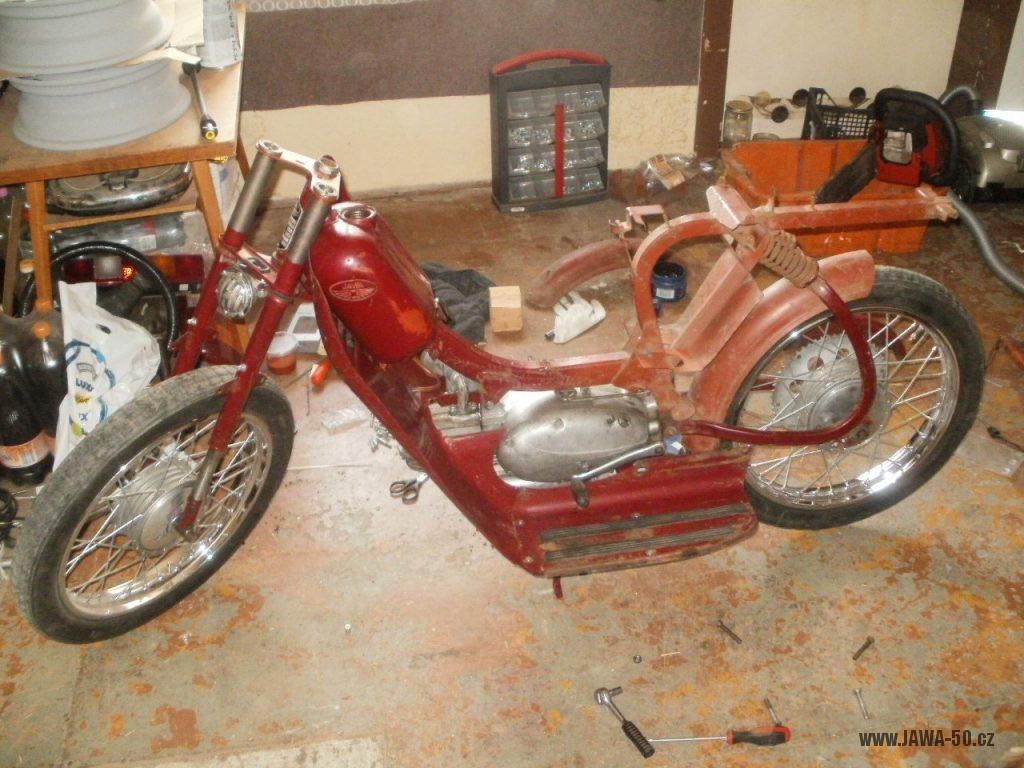 Oskútrovaný motocykl Jawa 555 Pionýr z roku 1962 - restaurování