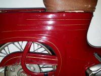 Motocykl Jawa 555 ve skútrovém provedení z roku 1962 - zadní blatník se zlatými linkami