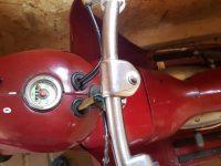 Motocykl Jawa 555 ve skútrovém provedení z roku 1962 - řídítka a tachometr