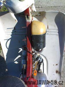 Motocykl Jawa 05 pionýr z roku 1964 - prostor nad motorem s tlumičem sání
