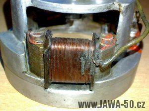 Zapalování (alternátor) motocyklu Jawa 05 s výrobním číslem 05-6120-F - zapalovací pól