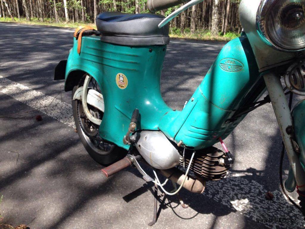 Motocykl Jawa 555 Pionýr, provedení De luxe s chromovanými ráfky kol (rok 1962) - motor, nádrž
